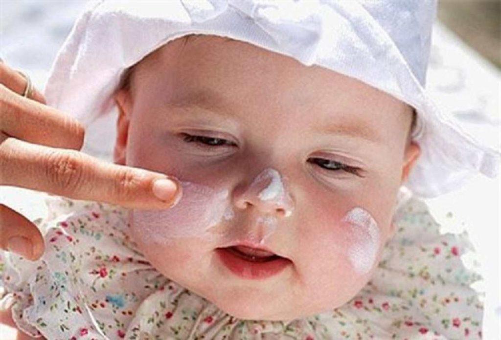 Hạn chế hoặc không sử dụng mỹ phẩm cho da của em bé