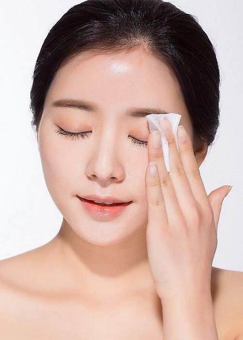 Bước chăm sóc da đầu tiên cần nhắc đến là tẩy trang