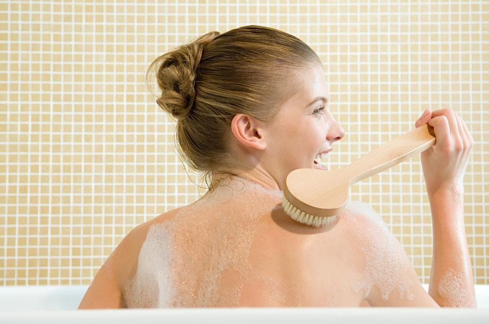 Tắm sạch kết hợp với sử dụng tẩy tế bào chết