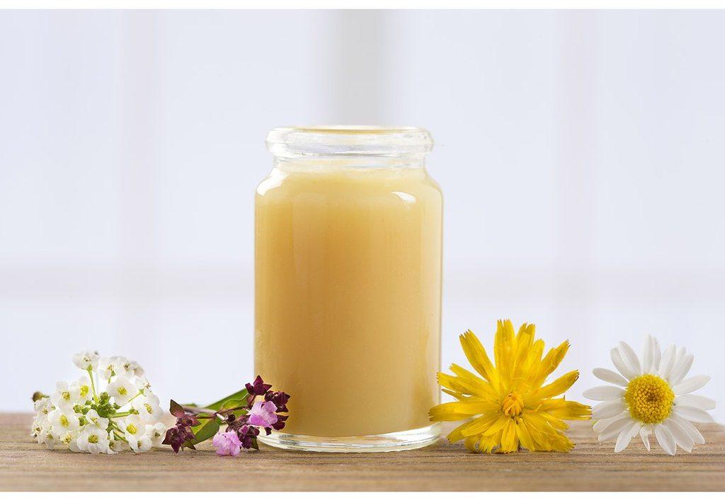 Sữa ong chúa cũng là một thành phần chính của sản phẩm